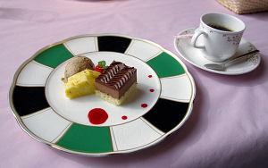 コーヒー、デザート(季節の果物とケーキの盛り合わせ)