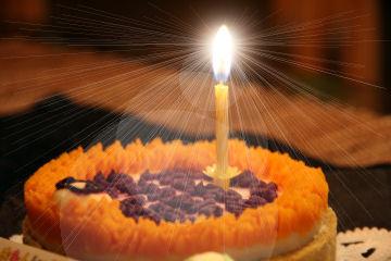 フリー素材の写真に逆光を加工したものです…我が家ではケーキは出ませんでした
