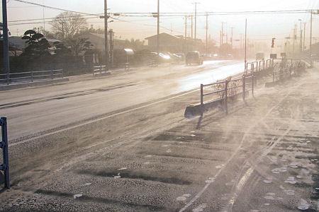 写真では判りにくいけど、地面の雪が風で流れています