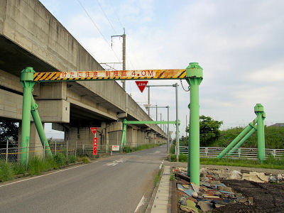 つまり、背の高い車が新幹線の高架にぶつからないように(高架を)守っているのだが