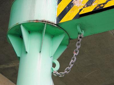 この鎖でクルマも(最悪の事態からは)守ってあげようということかもしれない