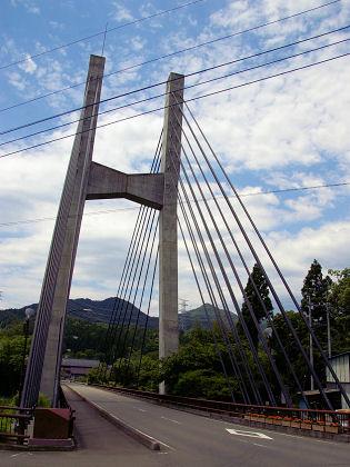 沢渡温泉手前の斜張橋。生活道路の小さな橋だが、ライトアップ用の照明が装備されている