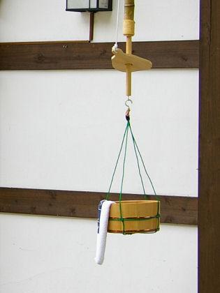 六合村の『宿・花まめ』入り口脇に、こんなものが吊るされていた