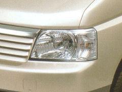カタログより・・・ヘッドライトの反射鏡の中に小さな電球が頭を出しています。それが車幅灯です