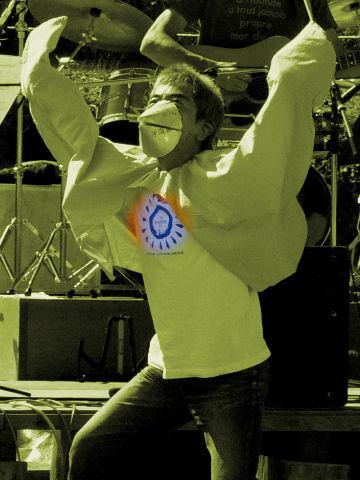 フォークジャンボリーの記念T シャツを着て踊る宮崎小鳥さん(野反湖FFCにて)