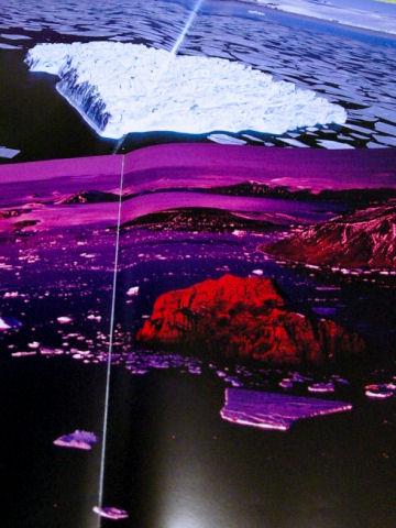 氷山なんていっぱいあるようだけど、この形、この色と出会うのは聖なる一回性