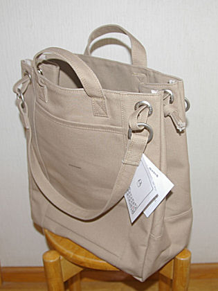 スマートに見えますが、生地が二重になっていて頑丈そうです。ツレアイは「ポストマン・バッグ」というショルダーを買ったようです